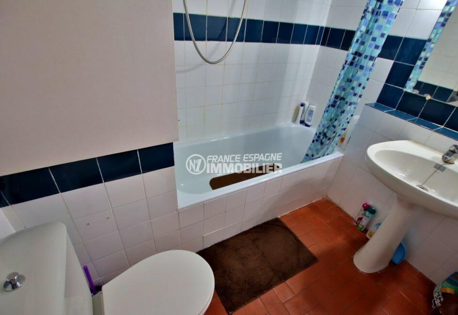 roses espagne: studio 30 m², salle de bains avec baignoire, lavabo et wc