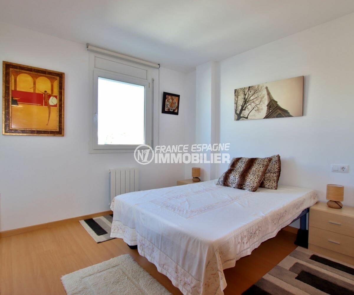 agence immobilière roses: appartement 60 m², première chambre lumineuse avec lit double