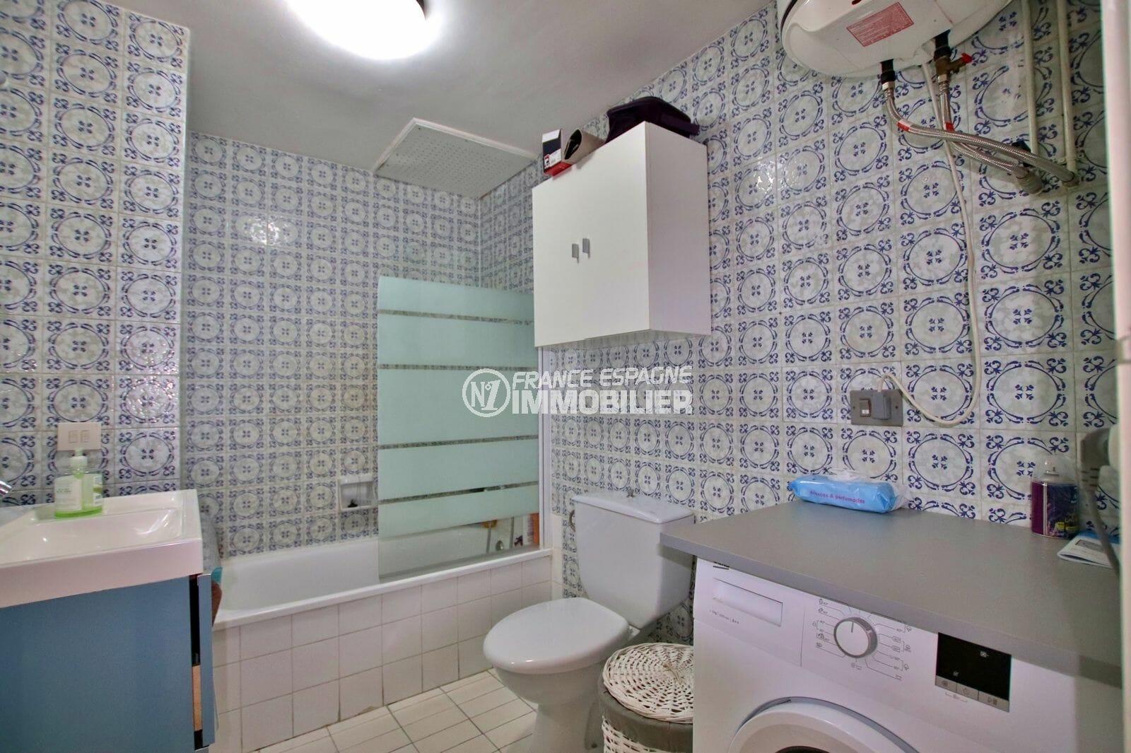immobilier espagne pas cher: appartement 51 m², salle de bains avec baignoire, vasque et wc