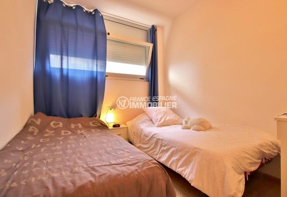 appartement a vendre a rosas, piscine, deuxième chambre avec 2 lits simples