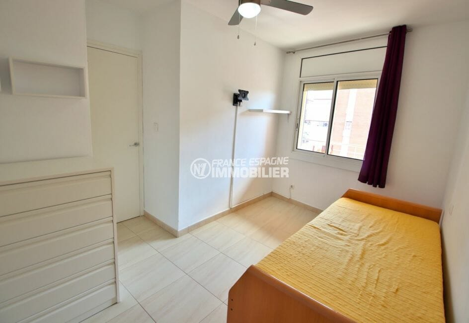 appartement a vendre a rosas, vue canal, chambre avec lit simple et des rangements