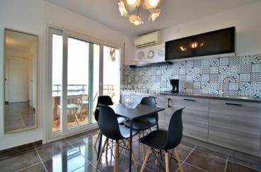agence immobilière roses: appartement 53 m², cuisine américaine ouverte sur le salon accès terrasse