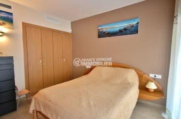 appartement a vendre a rosas: amarre, première chambre avec lit double et placards