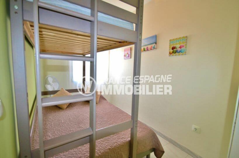 agence immobiliere costa brava: appartement 53 m², deuxième chambre avec lits superposés