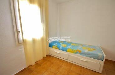 rosas immobilier: villa 57 m², deuxième chambre lumineuse lit simple