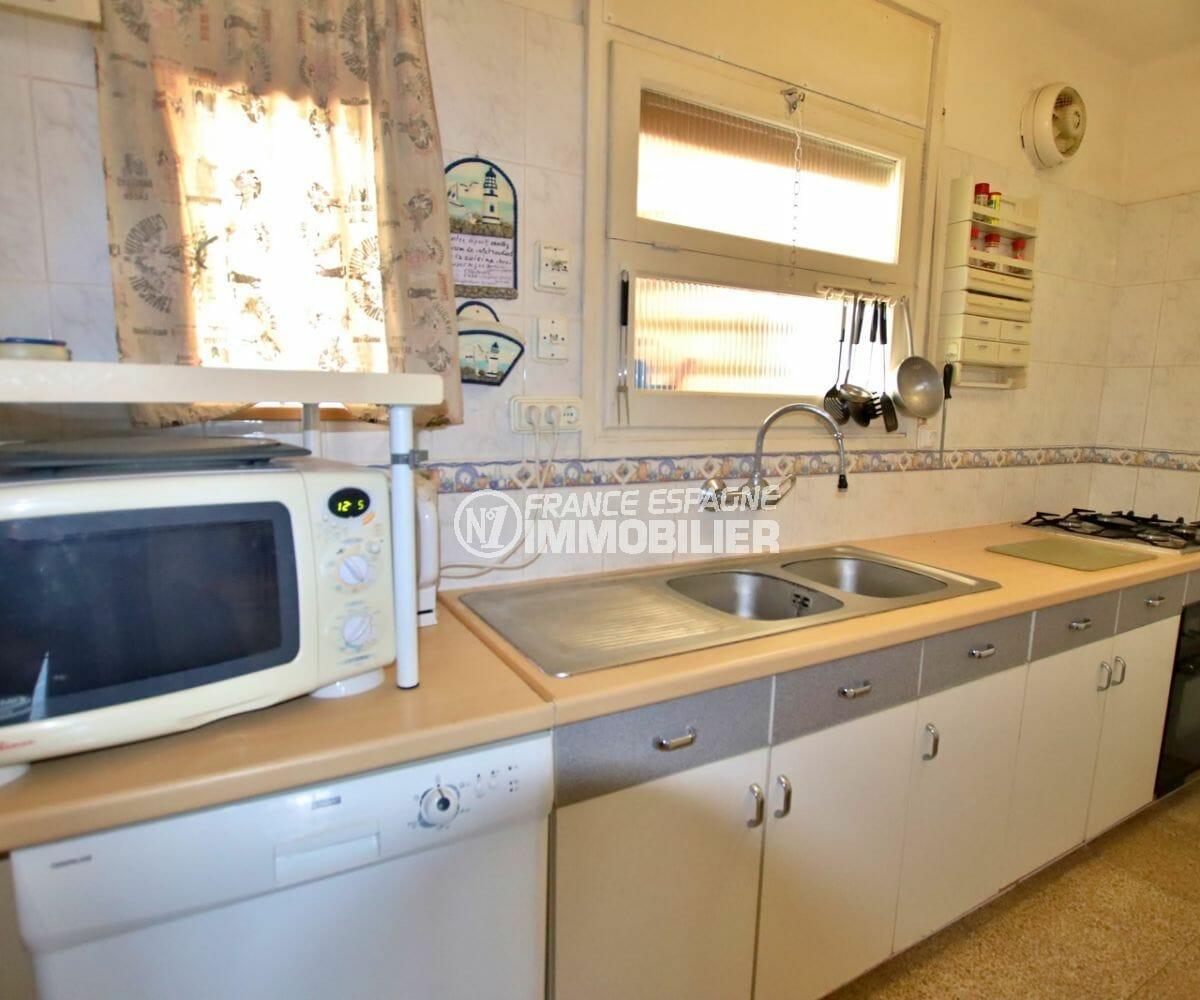 appartement a vendre a rosas, proche plage, cuisine indépendante équipée avec des rangements