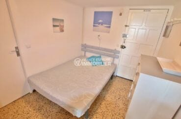 immo empuriabrava: appartement 33 m², chambre alcôve avec lit double et rangements
