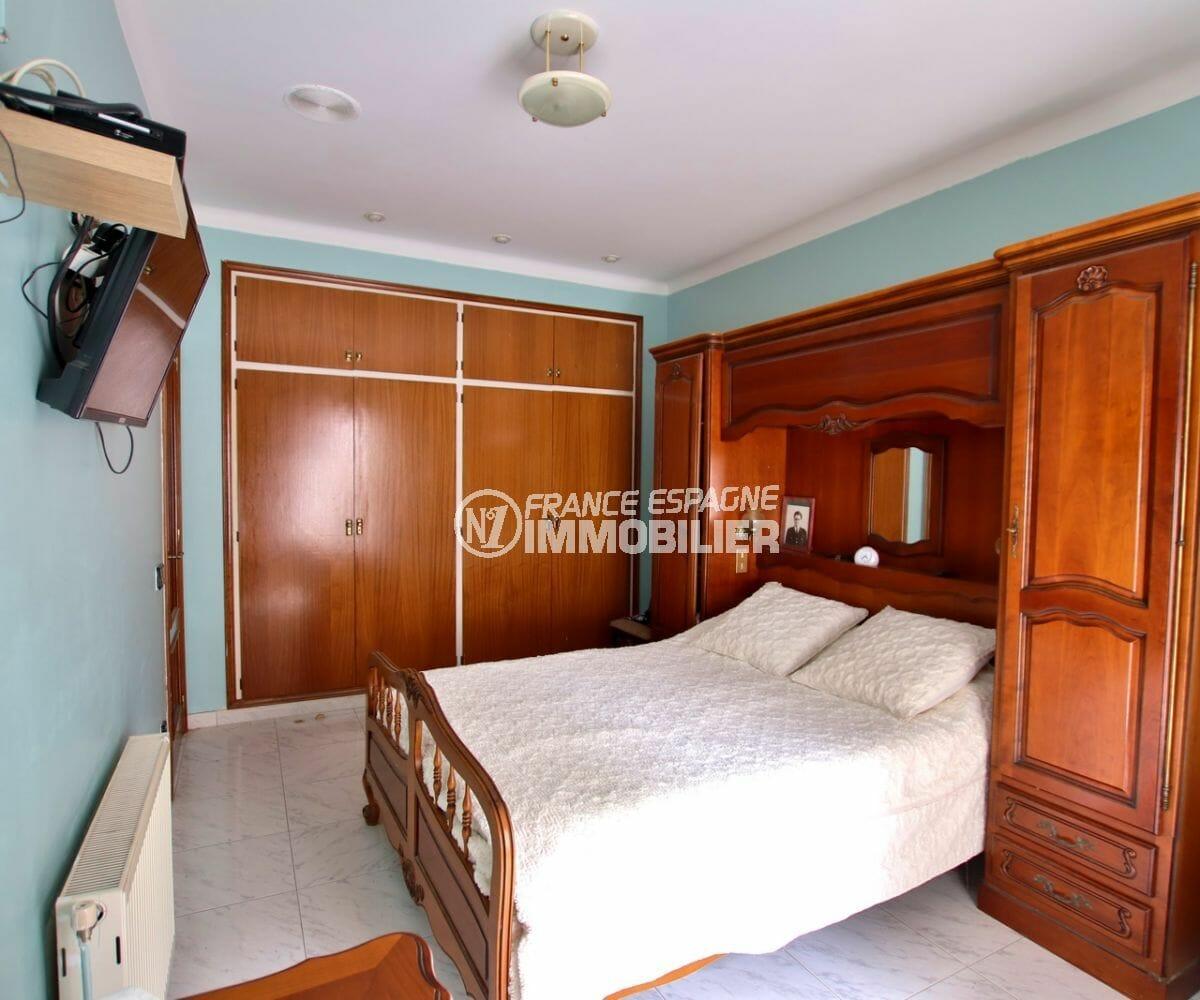 agence immobilière roses: appartement 121 m², prmeière chambre avec placards