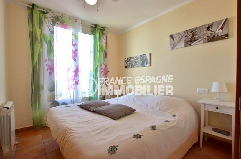 rosas immo: villa 82 m², première chambre lumineuse avec lit double accès terrasse