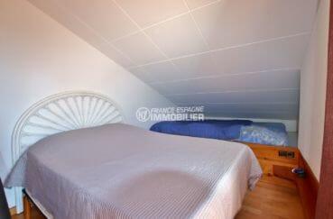 rosas immo: villa 71 m², deuxième chambre avec un lit double et un lit simple