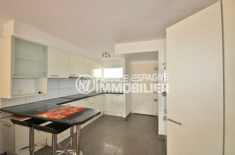 agence immobiliere costa brava: appartement 60 m², cuisine équipée avec des rangements