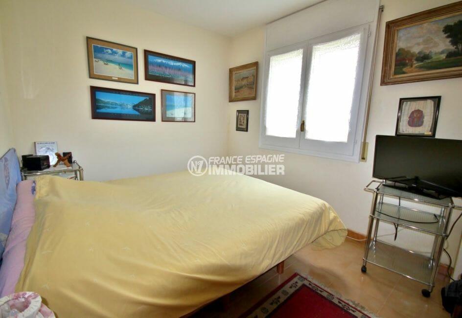 agence immobilière costa brava: appartement 97 m², seconde chambre lumineuse avec lit double