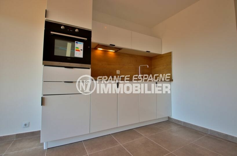 agence immobilière roses: appartement proche plage, cuisine équipée avec rangements