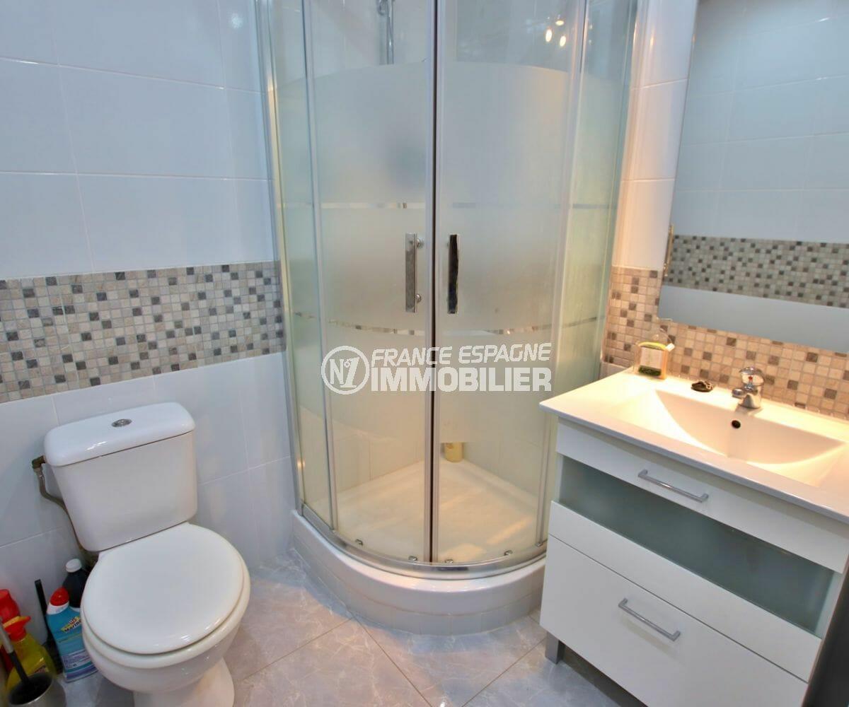 maison à vendre empuriabrava, piscine, salle d'eau avec cabine de douche, vasque et wc