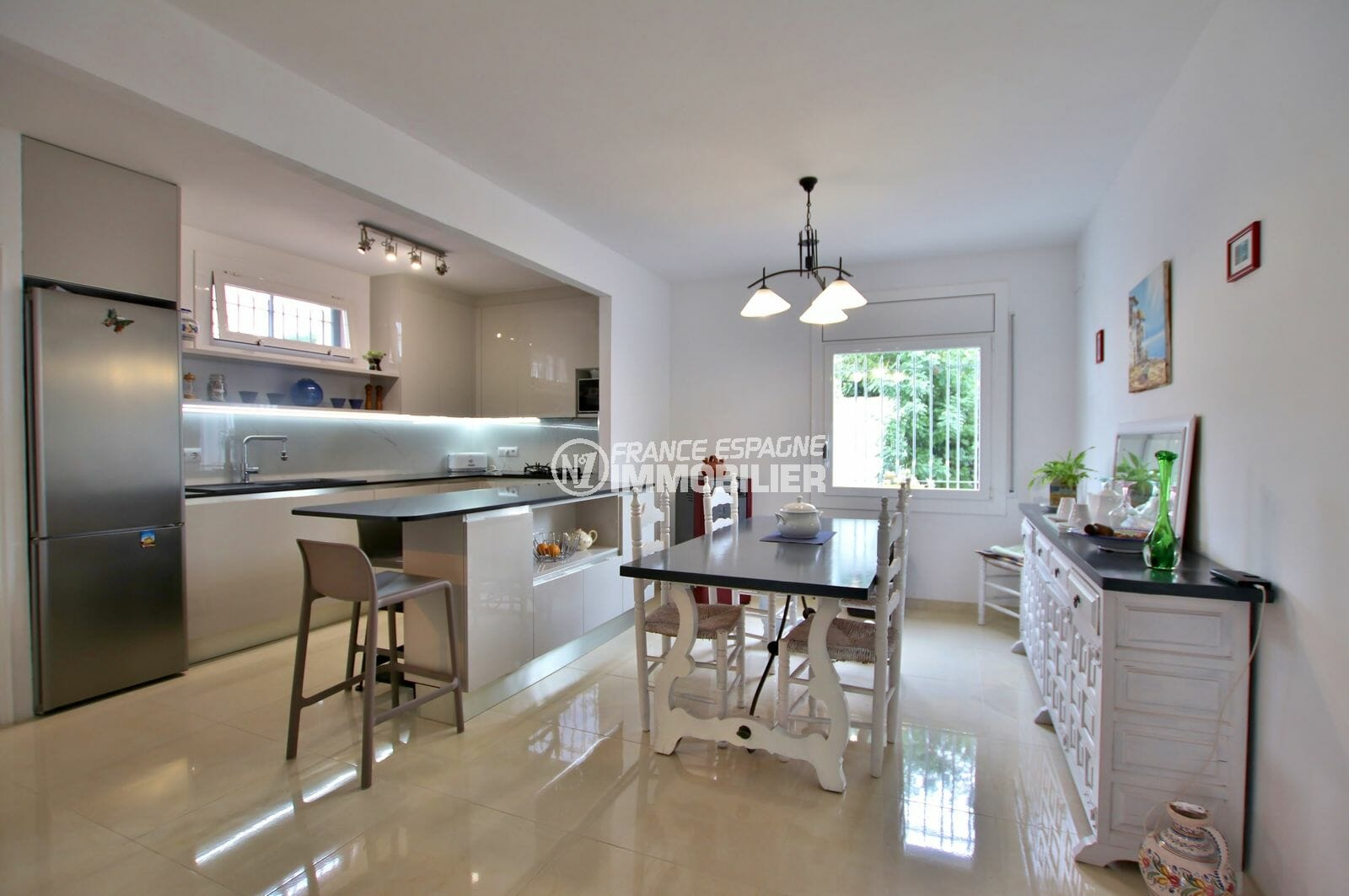 maison a vendre espagne, piscine, cuisine américaine ouverte sur le salon / séjour