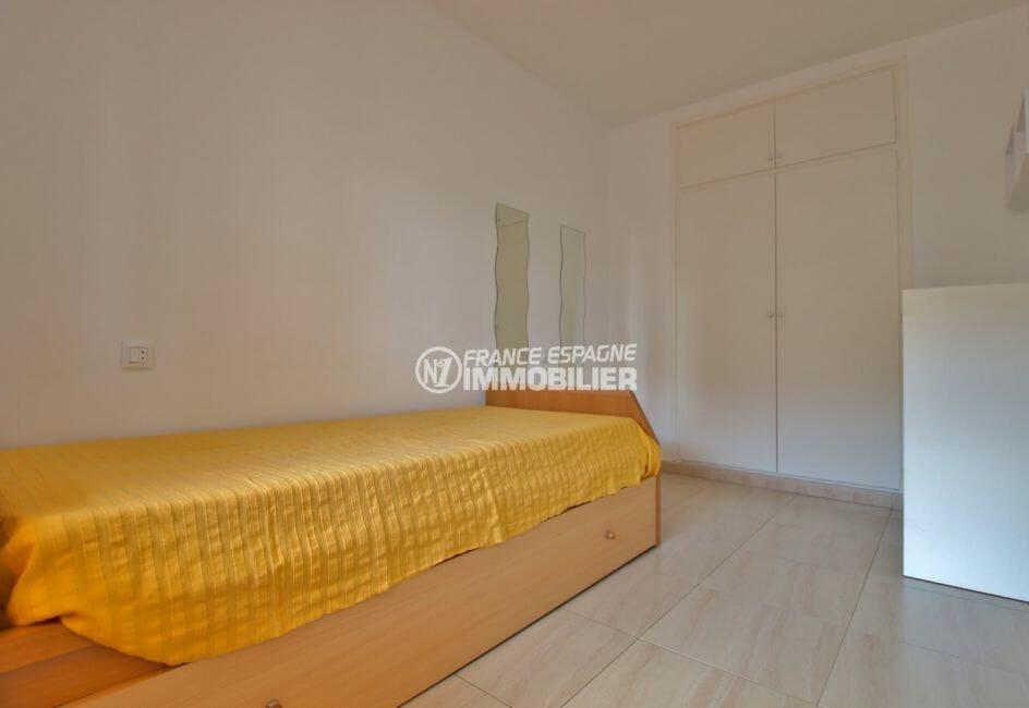appartements a vendre a rosas, parking communautaire, chambre lit simple avec placards