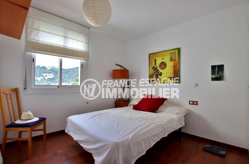 agence immobiliere costa brava: appartement 87 m², première chambre lumineuse avec lit double