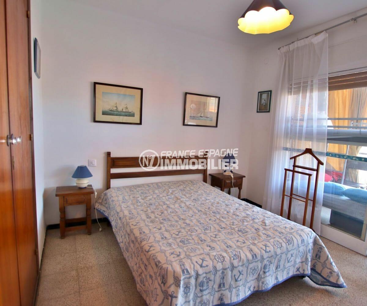 appartements a vendre a rosas, vue mer, première chambre lit double accès terrasse de 25 m²