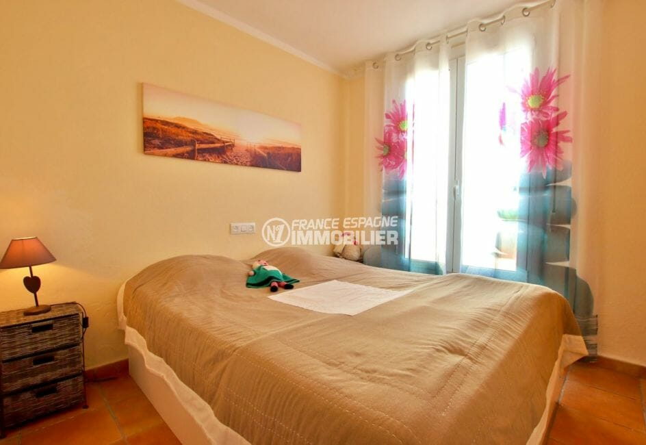 rosas immobilier: villa 82 m², deuxième chambre lumineuse lit double accès terrasse