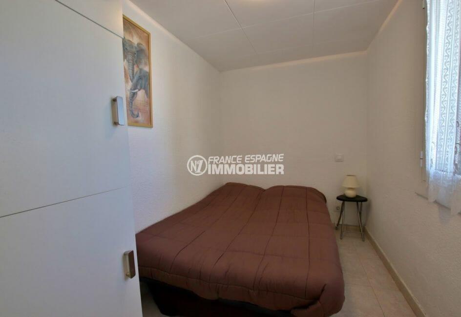 rosas immobilier: villa parking, troisième chambre avec un lit double et placards
