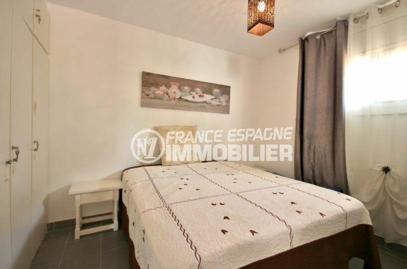 agence immobilière costa brava: appartement 60 m², première chambre avec lit double et placards