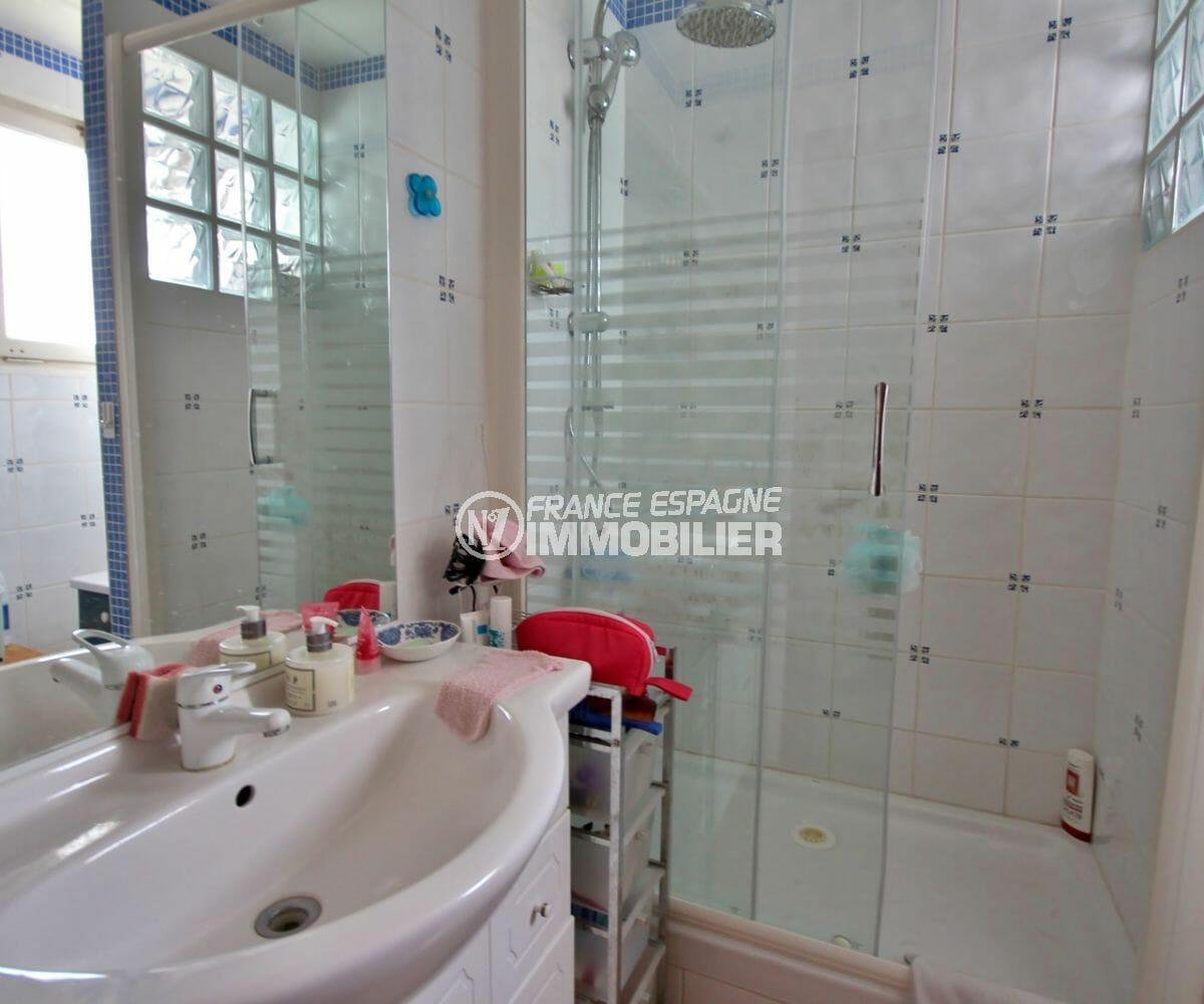 appartement a empuriabrava, proche plage, salle d'eau avec douche et meuble vasque