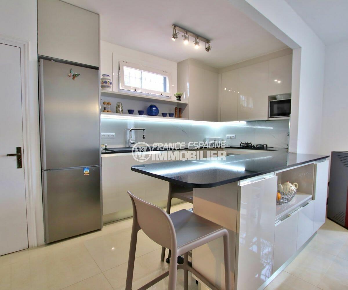 agence empuriabrava: villa 215 m², cuisine lumineuse équipée et fonctionnelle