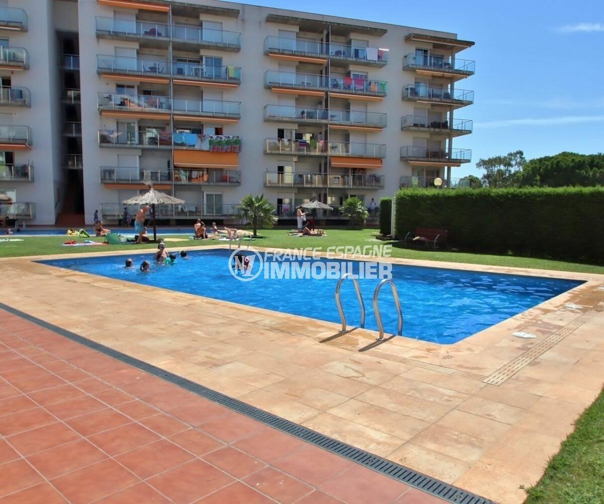 agence immobiliere costa brava: appartement 63 m², vue sur la piscine et ses extérieurs