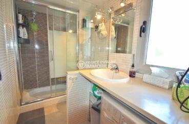 achat appartement rosas, proche plage, salle d'eau avec cabine de douche, vasque et wc