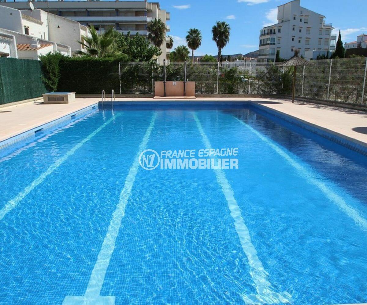 maison a vendre espagne, proche plage, vue sur la piscine communautaire de la résidence