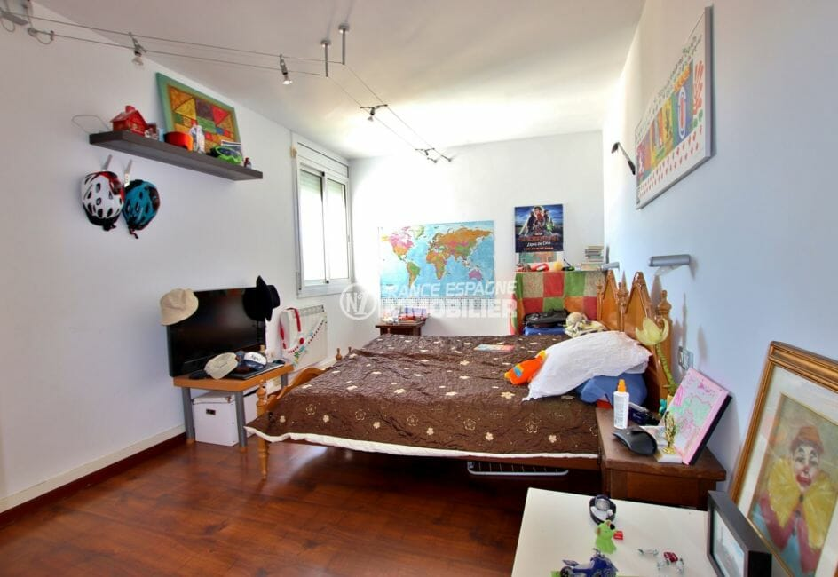 agence immobilière costa brava: appartement 87 m², deuxième chambre avec lit double et rangements