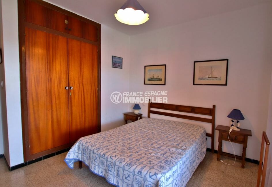 agence immobiliere costa brava: appartement 65 m², première chambre avec lit double et placards