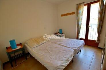 agence immobilière costa brava: appartement rosas, chambre avec 2 lits simples collés