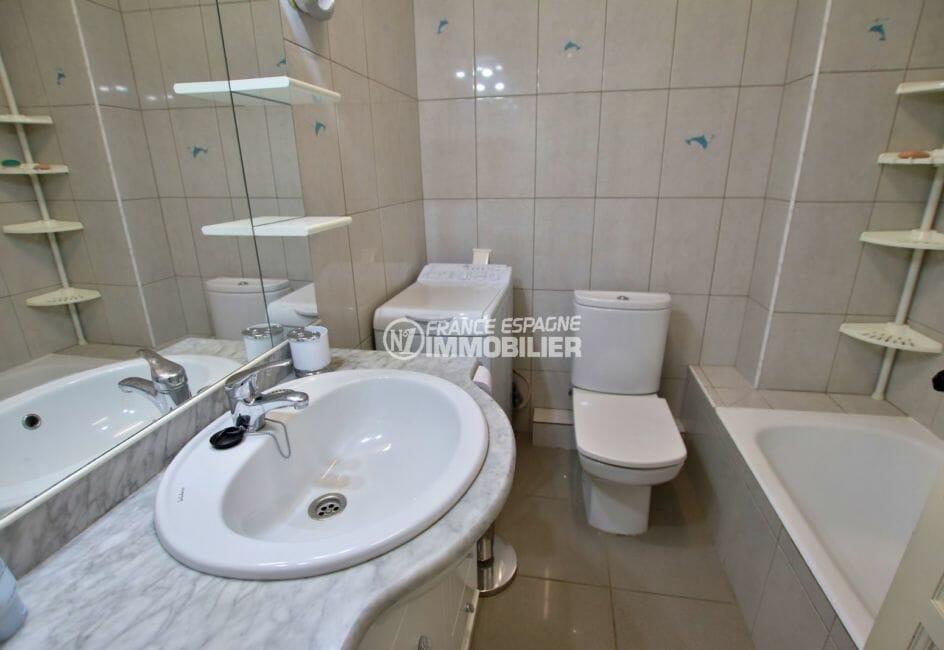 achat appartement rosas, vue port, salle de bains avec baignoire, meuble vasque et wc