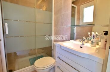 maison a vendre a rosas, secteur prisé, première salle d'eau avec douche, vasque et wc