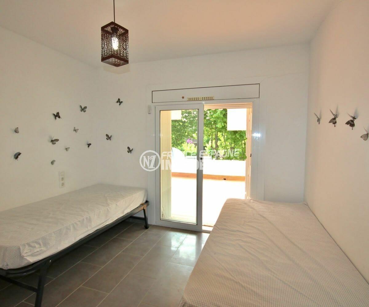 appartement a empuriabrava, proche plage, deuxième chambre 2 lits simples accès terrasse