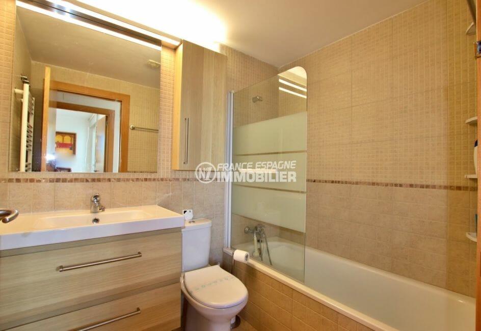 appartements a vendre a rosas, proche plage, salle de bains avec baignoire, vasque et wc