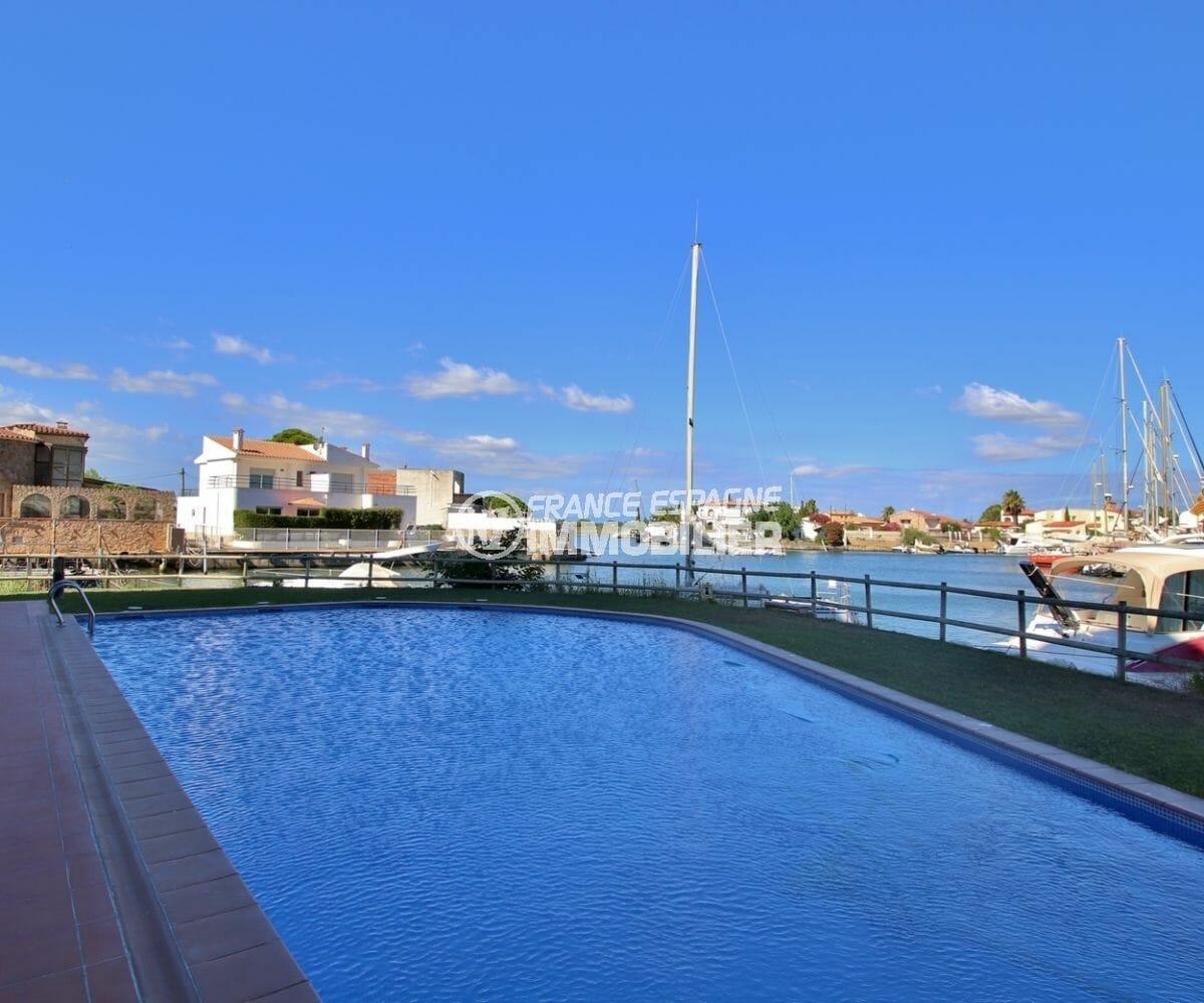 achat appartement rosas, moderne, aperçu de la piscine avec vue sur le canal