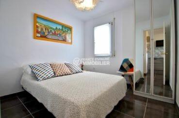 agence immobiliere costa brava: appartement 53 m², première chambre avec lit double et placards