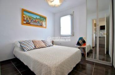 agence immobiliere costa brava: appartement 53 m², première chambre lit double et placards