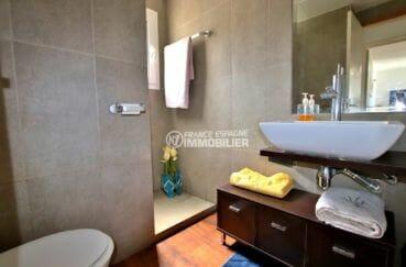 achat appartement rosas, proche plage, salle d'eau avec douche, vasque et wc