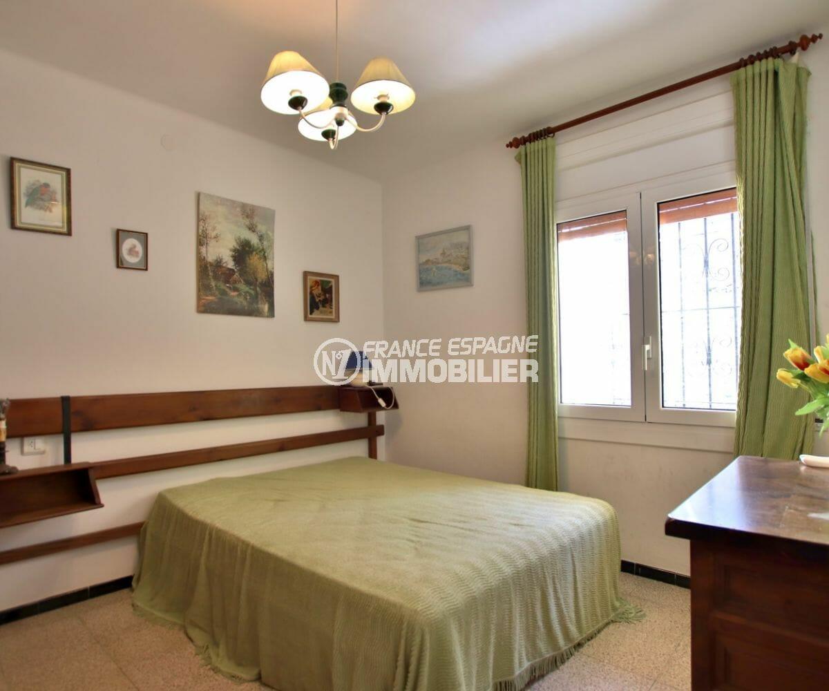 agence immobilière costa brava: appartement 65 m², deuxième chambre lumineuse avec lit double