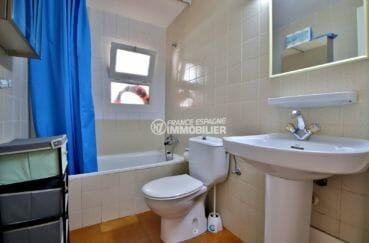 immobilier costa brava: appartement 34 m², salle de bains avec baignoire, lavabo et wc