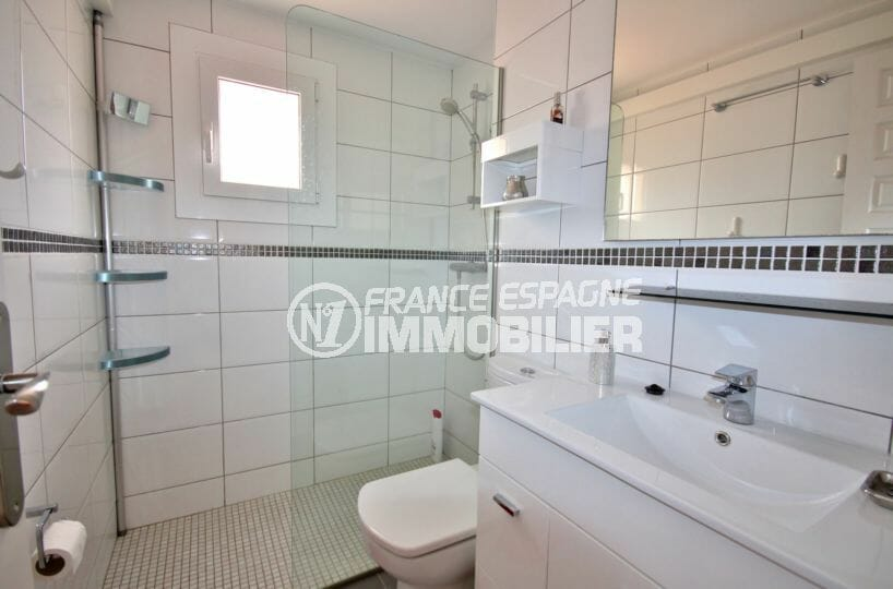 agence empuriabrava: appartement 60 m², salle d'eau avec douche, vasque et wc
