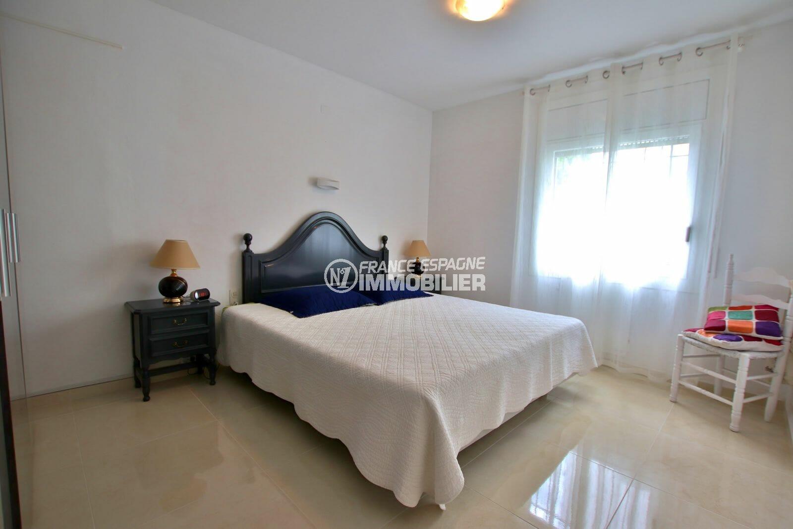 agence immobiliere francaise empuriabrava: villa 215 m², première suite parentale lumineuse