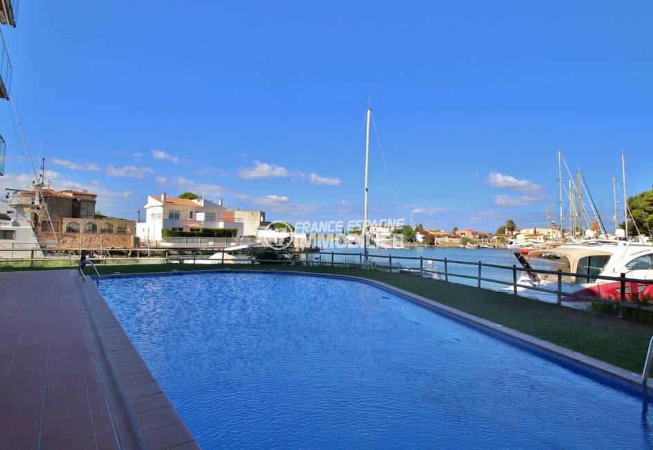 immo rosas: proche plage, aperçu de la piscine communautaire, vue sur le canal