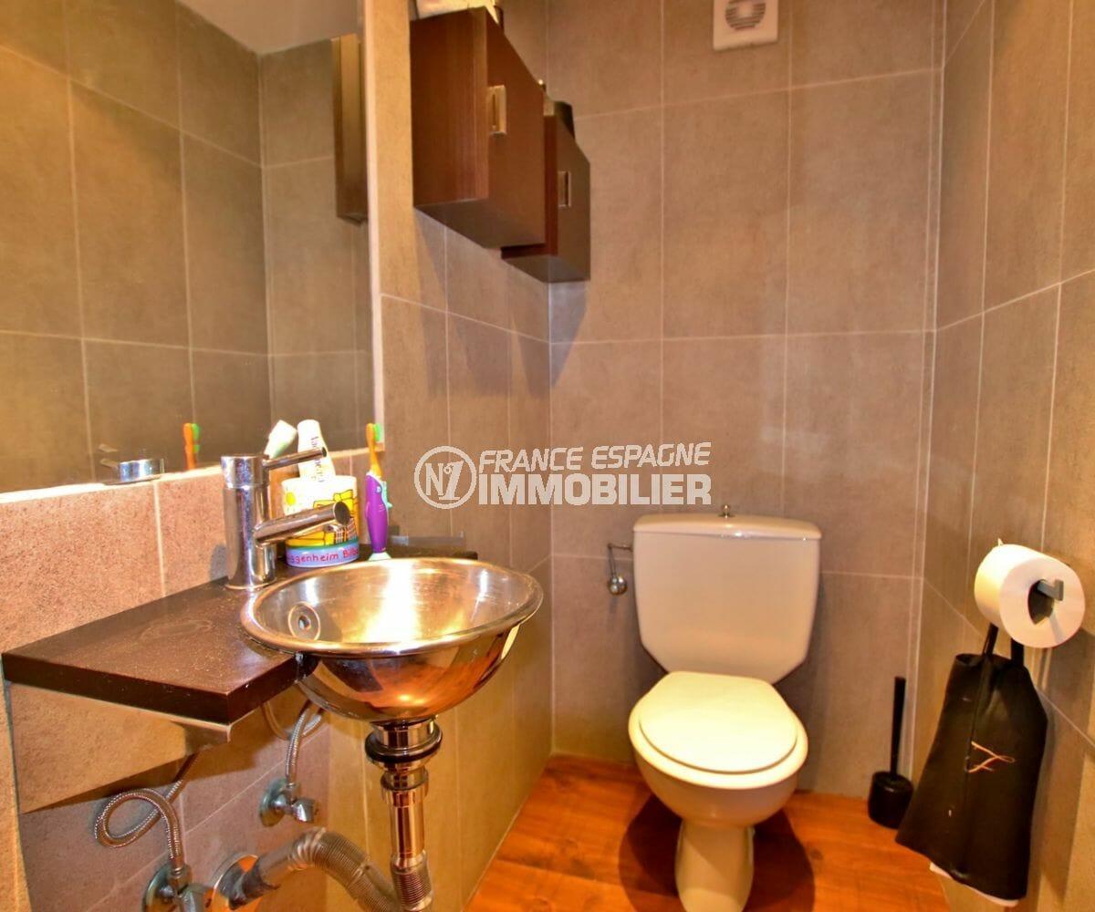 roses espagne: appartement 87 m², toilettes indépendantes avec lavabo