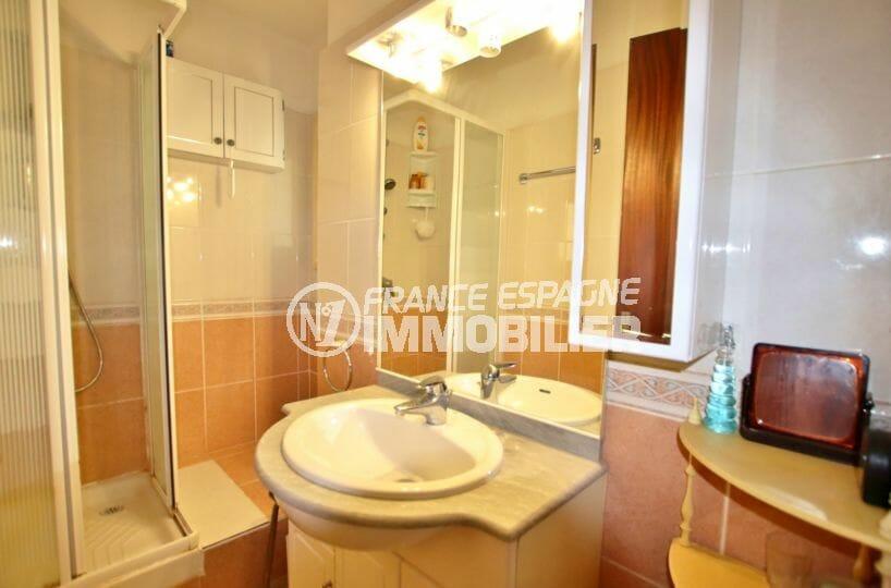 achat appartement rosas, 65 m², salle d'eau avec cabine de douche et meuble vasque