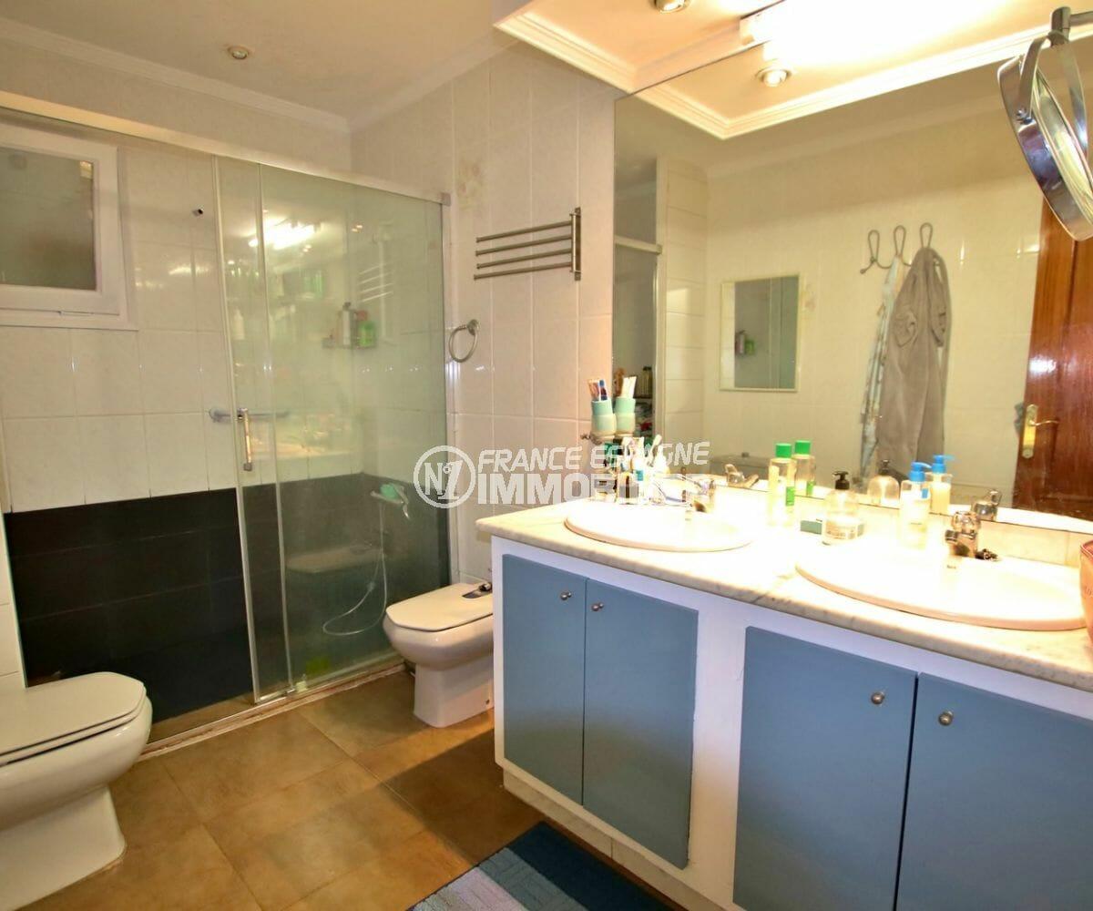acheter appartement rosas, proche plage, salle d'eau avec cabine de douche, double vasque et wc