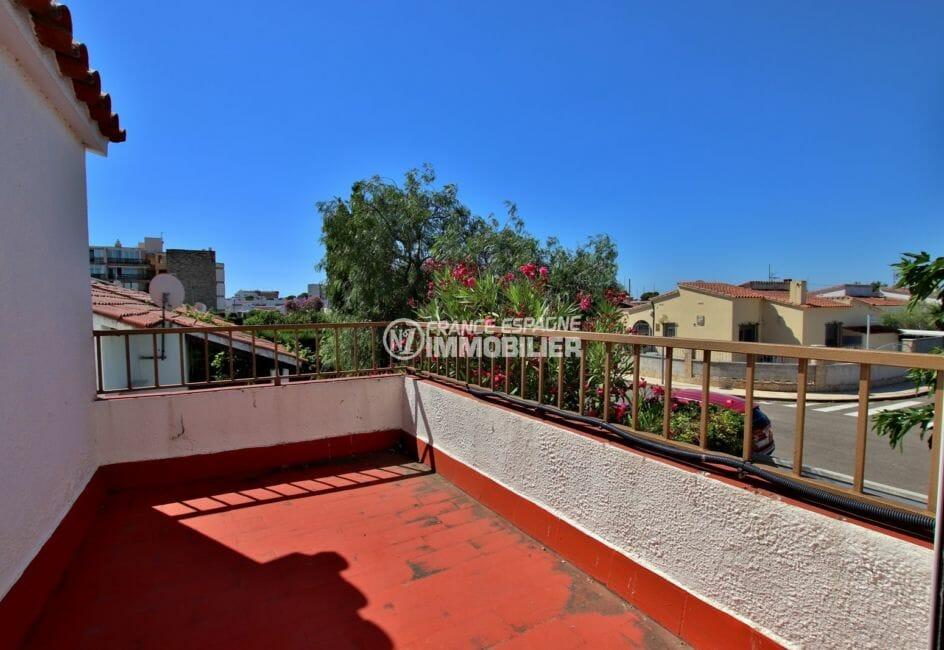 roses immobilier: villa possibilité piscine, vue sur la terrasse de 7 m²